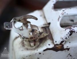 Oude verweerde ijzeren jerrycan(130824) verkocht