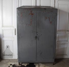 Verweerde kast uit ver verleden (134560) verkocht