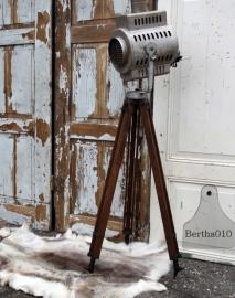 Oude theaterlamp op authentieke houten statief (131517) verkocht