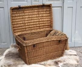 Oude rieten mand met deksel (131306/307))....verkocht