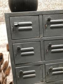 Oude smalle ijzeren kast met 32 deurtjes (144391)