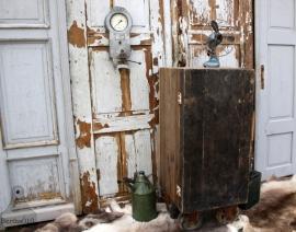 Oude houten kast op wielen (131367) verkocht