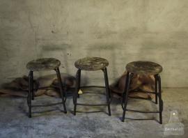 3 oude schoolkrukken (132417, 132418, 132419)...........verkocht