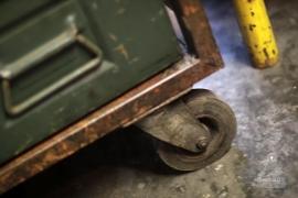IJzeren kar op wielen met bakken (132292)