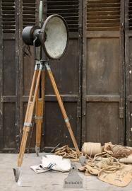 Oude fabriekslamp op houten statief (131937) verkocht