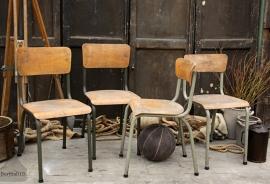 Diverse oude schoolstoelen (131935)