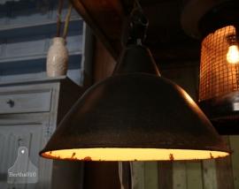 Oude geleefde fabriekslamp (130839)..verkocht