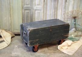 Oude kist op wielen ( 132658)....verkocht