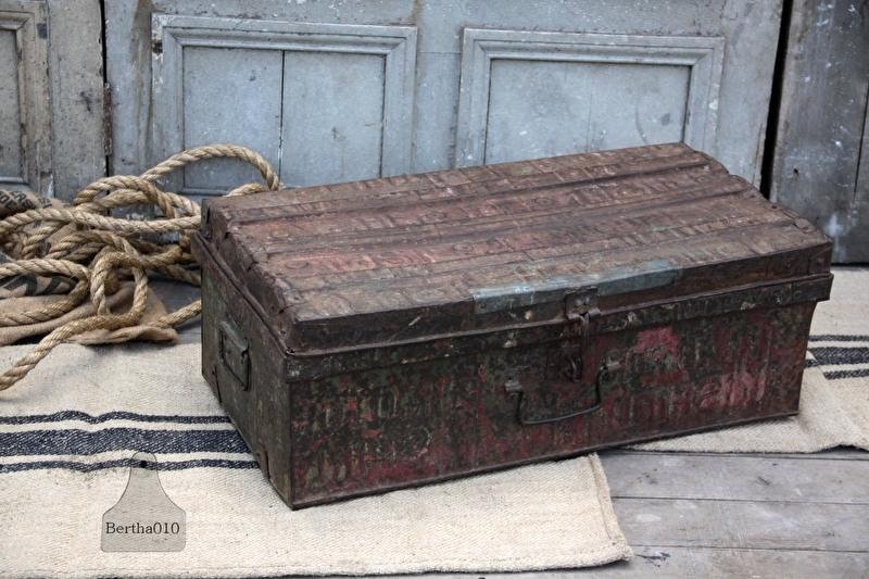 Ijzeren geleefde reiskoffer (132025)