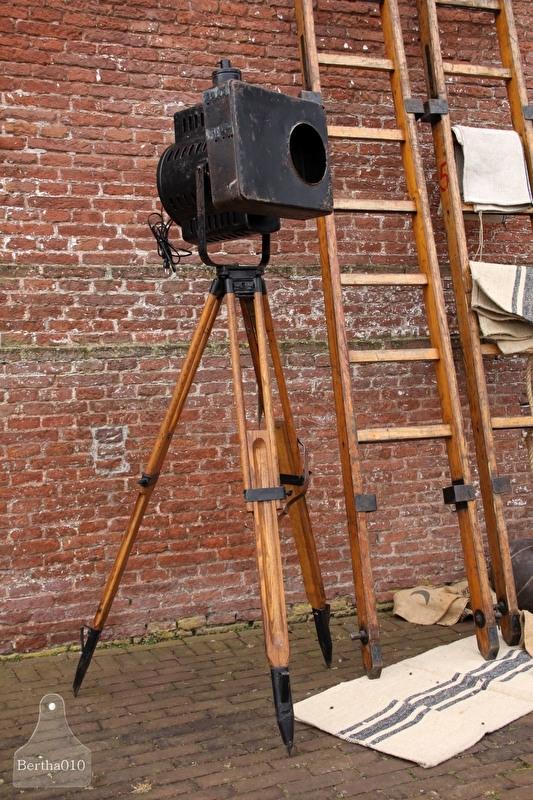 Oude theaterlamp op statief (131903)