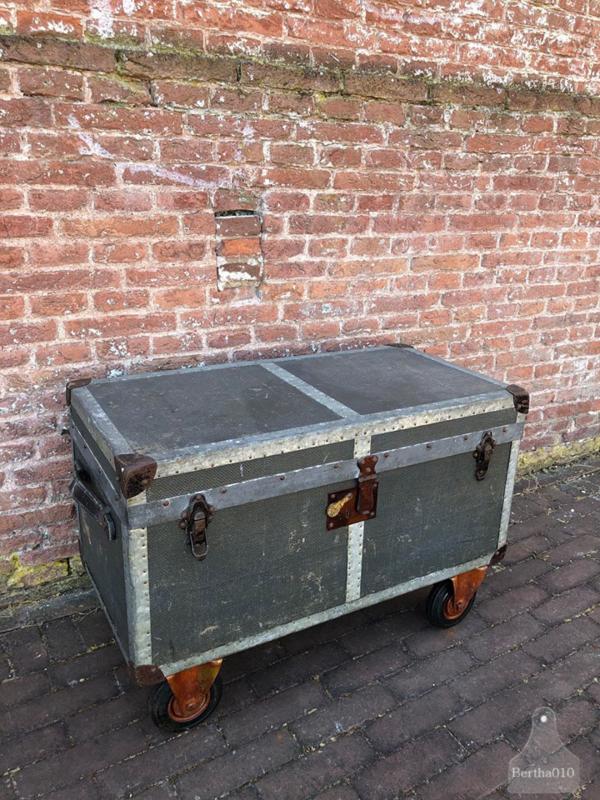 Oude koffer op wielen (138275)
