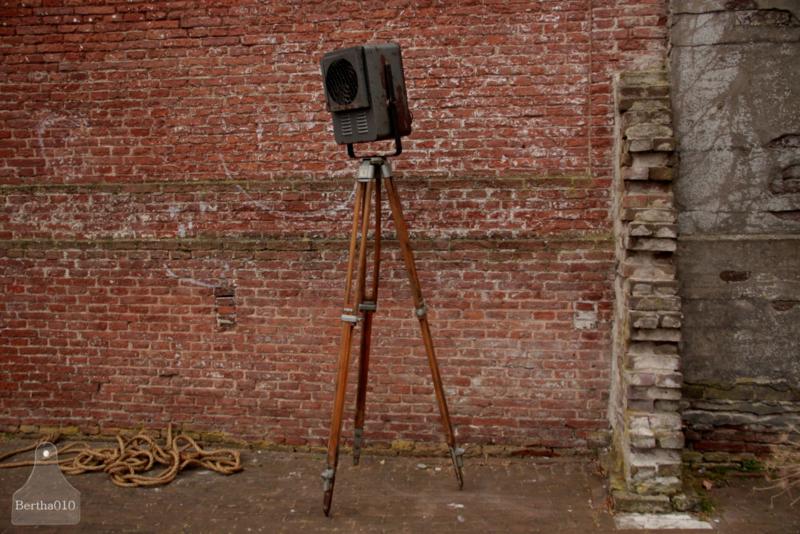 Industriële lamp op houten statief (136174) verkocht