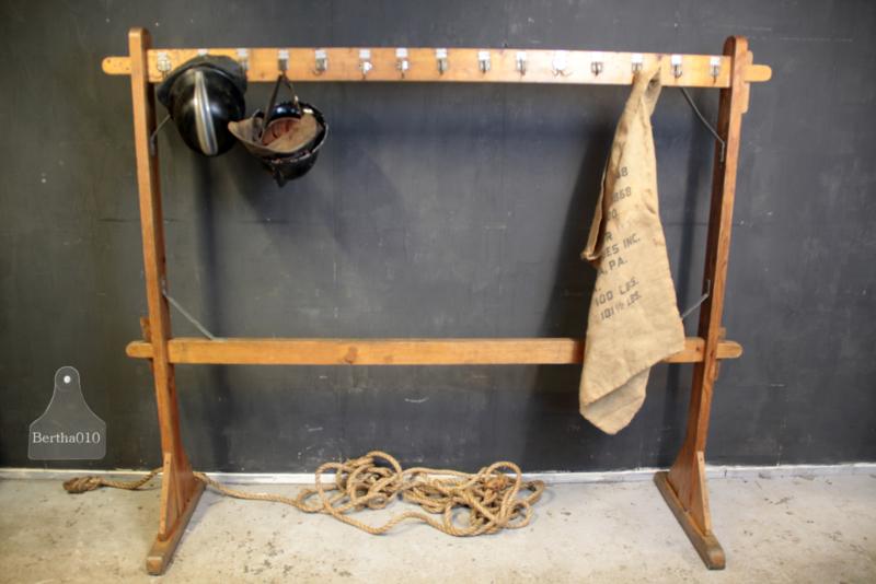 Oude lange schoolkapstok (135974)...verkocht