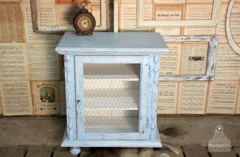 Landelijk blauw kastje met verroest gaas (130983) verkocht
