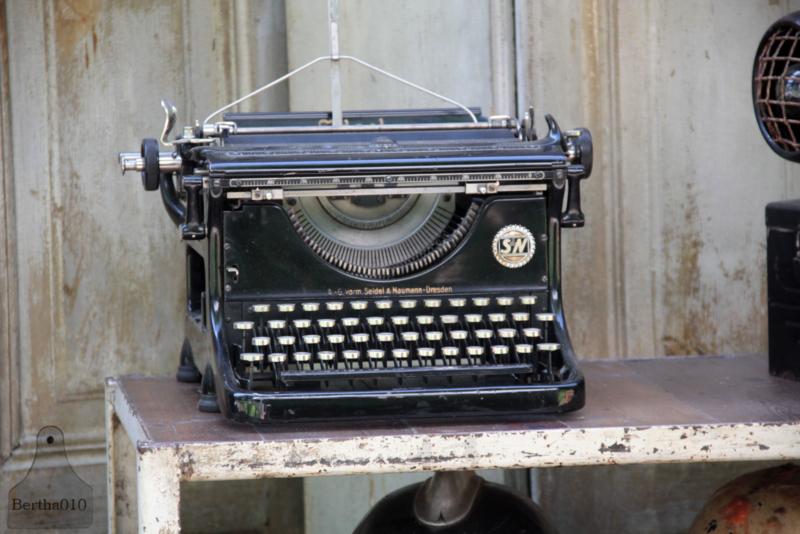 Oude typemachine (133623)............verkocht