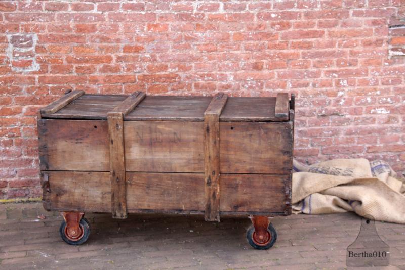 Oude kist op wielen(133528)...verkocht