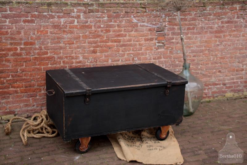 Oude geleefde kist op wielen,  zwart (137004) Verkocht