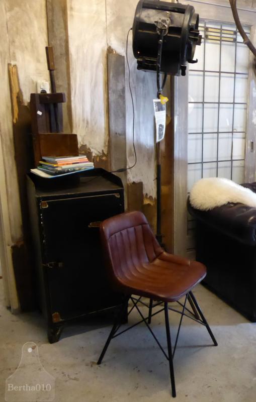 Industriële stoel met zitting van runderleer, zwart frame (132643)