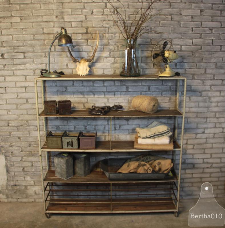 Industriële Stellingkast Smal Ingelegd Met Oud Hout