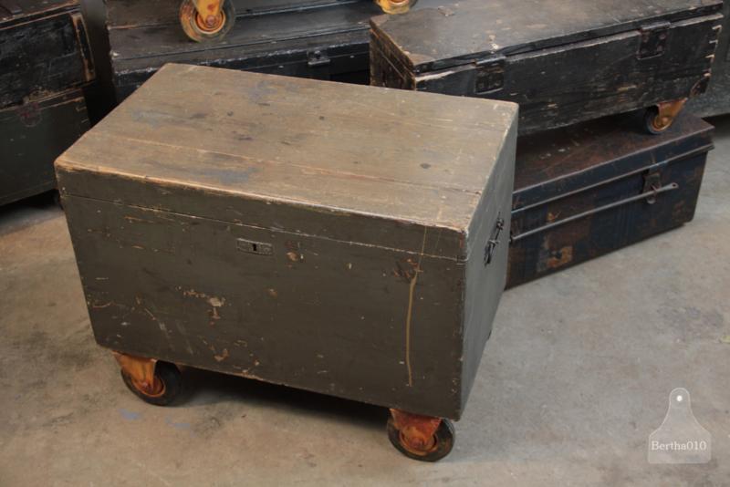 Oude verzendkist op wielen  (136114)