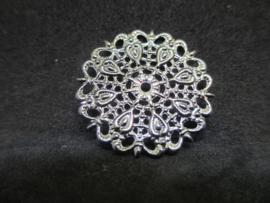 Filigraan zilverkleurig, doorsnede 2,5 cm.