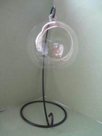 Metalen standaard met glazen bol