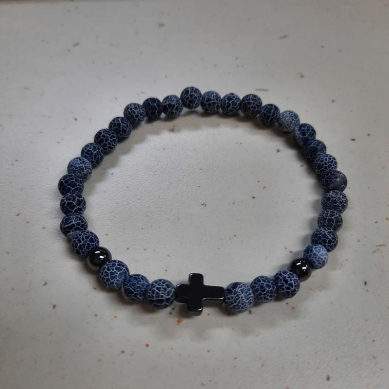 Blauwe kralen met metalen kruis H017