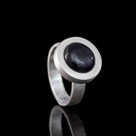 1149-00 Ring met ronde glazen steen met as