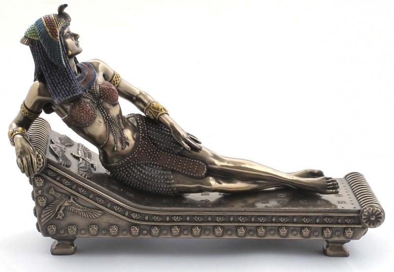 Cleopatra liggend op sofa