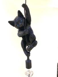 Poeslamp hangend