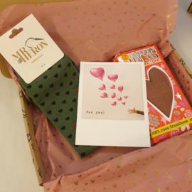 Valentijnsdag cadeaupakketje met sok met hartjes