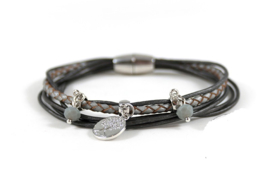 Donkergrijze armband 6 lijns met bedel en stones
