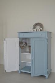 Brocante meidenkast in zacht pastel blauw OP AANVRAAG