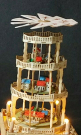 Piramide Fantasia met dorpjes en trein