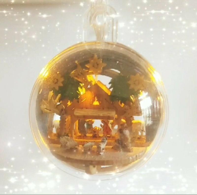 Kerststal in kerstbal