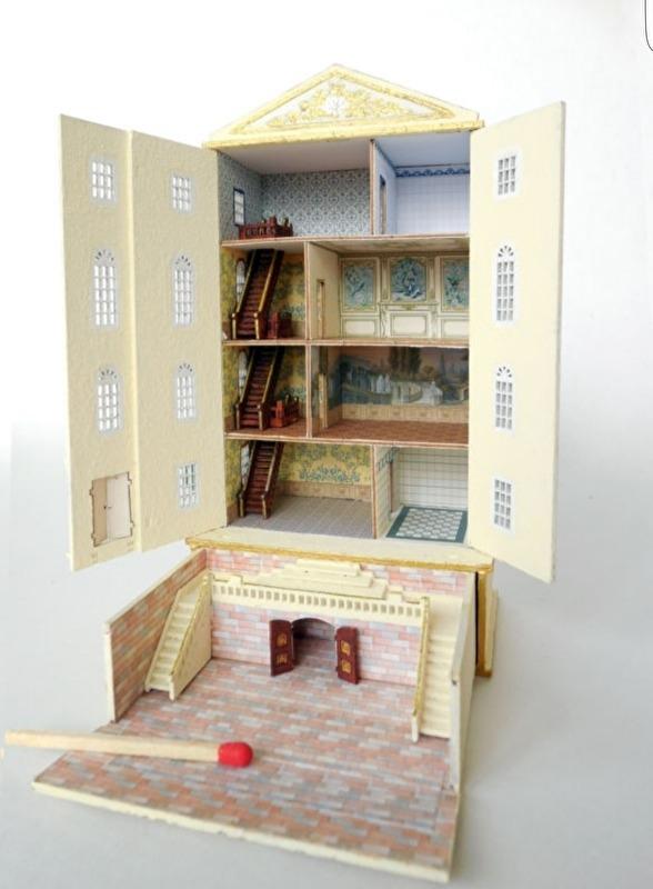 Poppenhuiskast met bekleding en meubels
