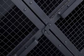 tvmeubel zwart met gaasdeuren