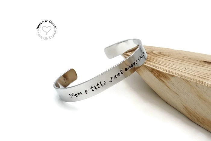 Slagletter armband 10mm `Mom a title just above Queen`