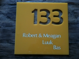 Huisnaambord Plexiglas met huisnummer eruit gesneden