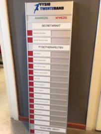 Aan- afwezigbord aluminium met pvc naamplaatjes