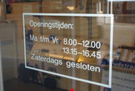 plaktekst openingstijden voor winkelruit