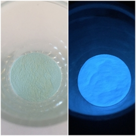 Glow in the dark pigment blue in daylight and at night