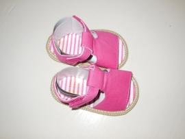 Roze baby sandaal