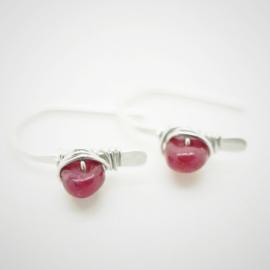 Kleine zilveren oorbellen met roze saffier