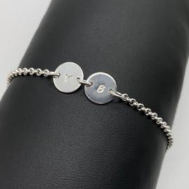 Sterling zilveren armband met 2 initiaalplaatjes naar keuze