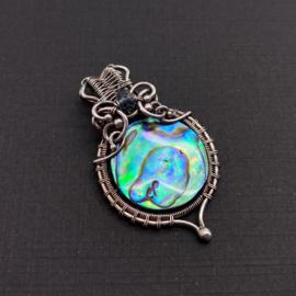 GERESERVEERD! Hanger met abalone schelp en kyaniet
