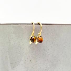 Minimalistische gouden oorbellen met gefacetteerde Tijgeroog