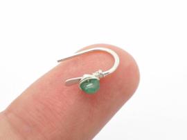 Kleine zilveren oorbellen met smaragd