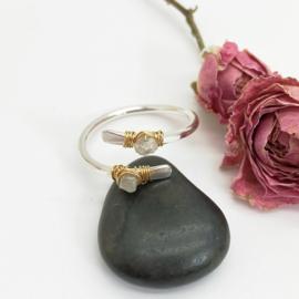 Zilveren ring met licht grijze ruwe diamant