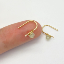 Gouden minimalistische oorbellen met Prehniet